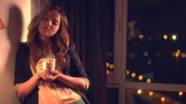 Krásná dívka pití čaje doma