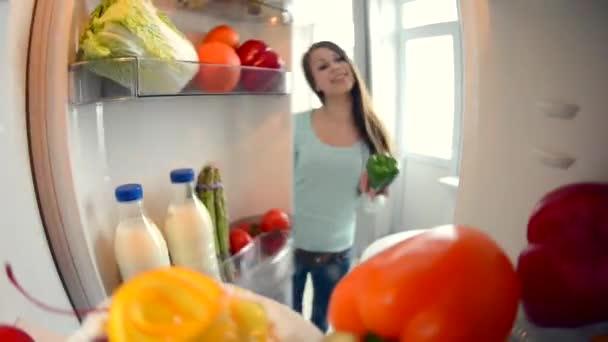 dívka otevírá dveře chladničky