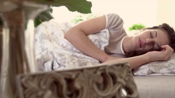 Spící žena v pohodlné posteli