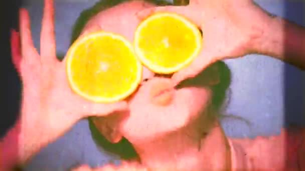 Krásy dívka má šťavnaté pomeranče