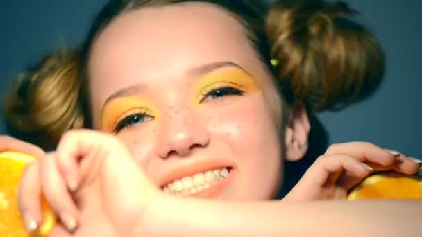 dospívající dívka má šťavnaté pomeranče