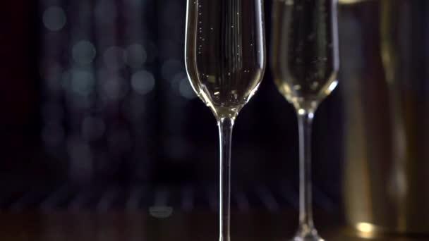 Dvě flétny s šumivým vínem.