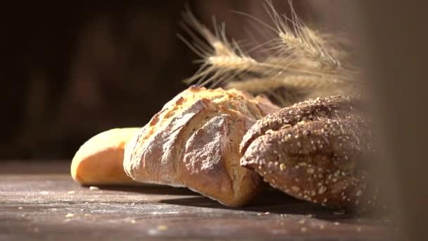 Brot backen auf einem Holztisch
