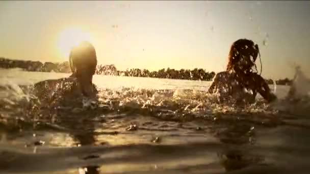 adolescenti di spruzzatura sopra il tramonto di estate