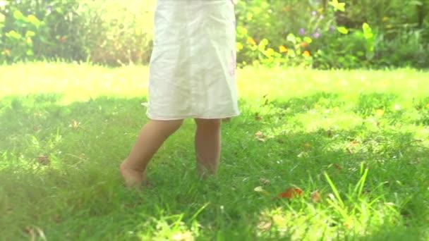 holčička, takže první kroky