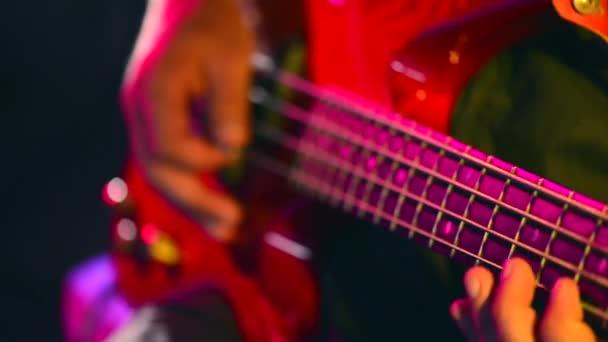 Férfi játszik basszus gitár