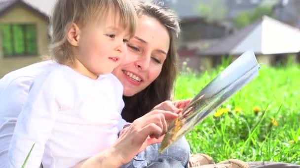 Madre con il libro di lettura del bambino