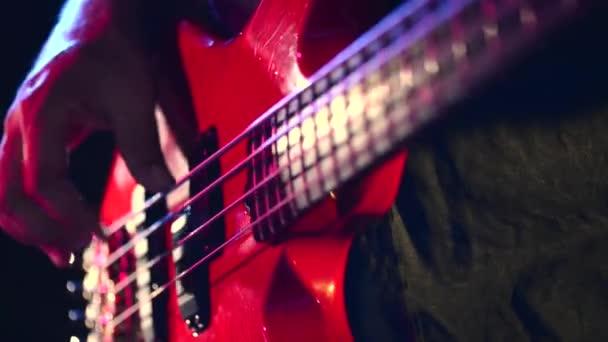 ember játszik a gitár rock koncert