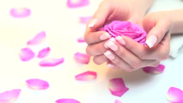 Krásná žena nehty s manikúrou