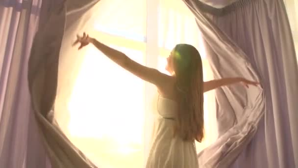 dívka otevírá záclony na velké okno