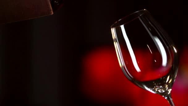 červené víno nalévané do skla