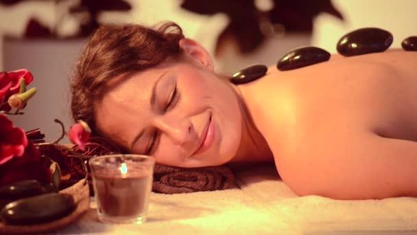 Frau bekommen heiße Steine Massage