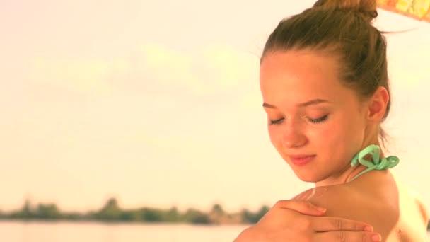 dívka se používat opalovací krém nebo opalovací krém
