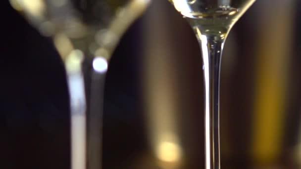 Dvě flétny s šumivým vínem