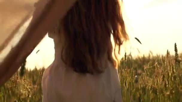 dívka na pšeničné pole
