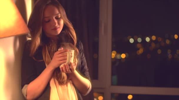 dívka na domácí pití čaje