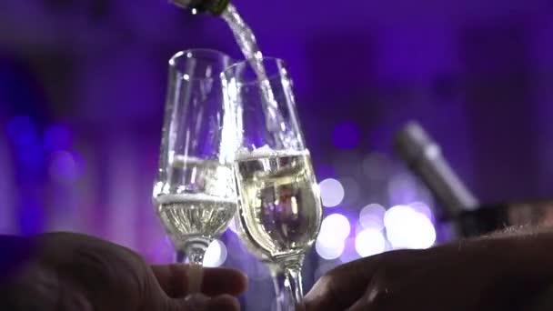 Brýle s šumivé šampaňské víno