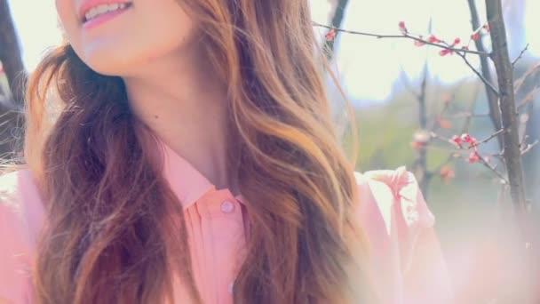 mladá žena v sadech na jaře