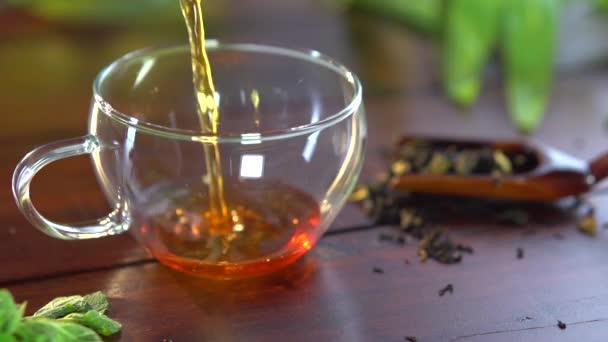 Čajové konvice a šálek čaje