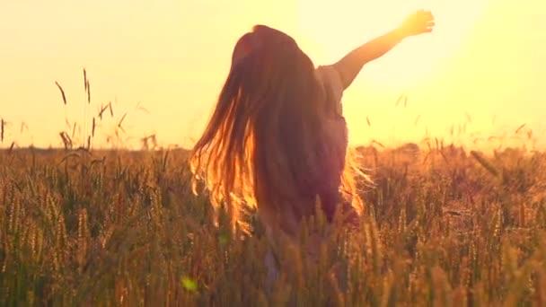 Mädchen hat Spaß auf Weizenfeld