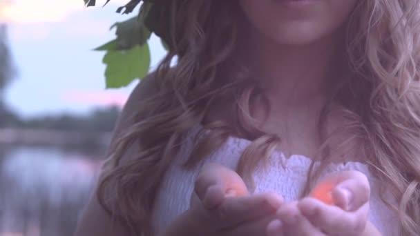dívka s magické světlo v rukou