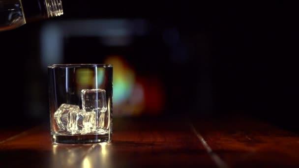Pouringa skót whiskey-üveg