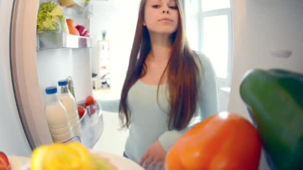 Roztomilý docela puberťačky v kuchyni vedle lednice