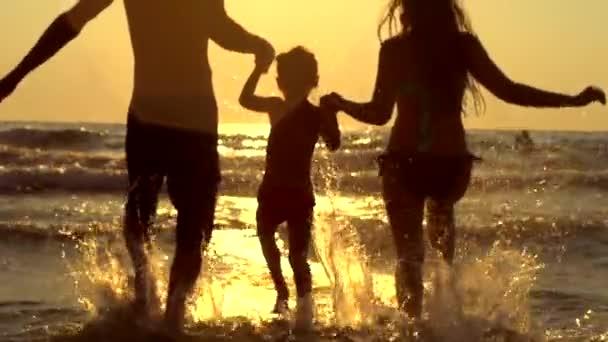 šťastná rodina s dítětem na pláži
