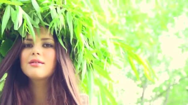 Letní žena v věnec na hlavu
