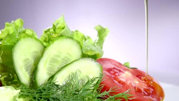 健康的蔬菜色拉,配橄榄油