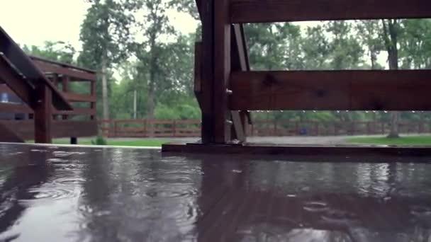 louže na terase v dešti