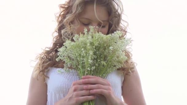 dívka s bandou divokých květů