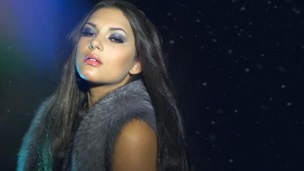 Ragazza di modello in cappotto di pelliccia