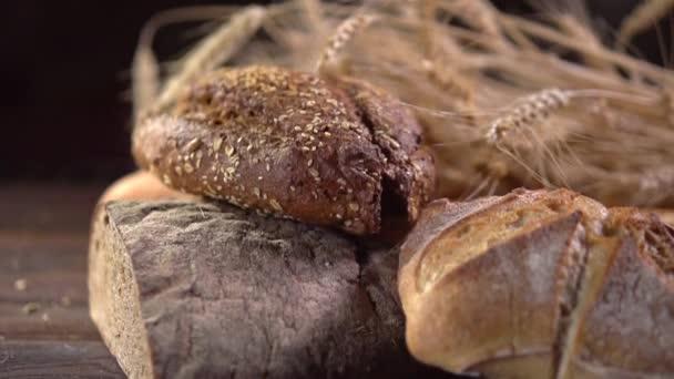 Sütőipari kenyér egy fából készült asztalon