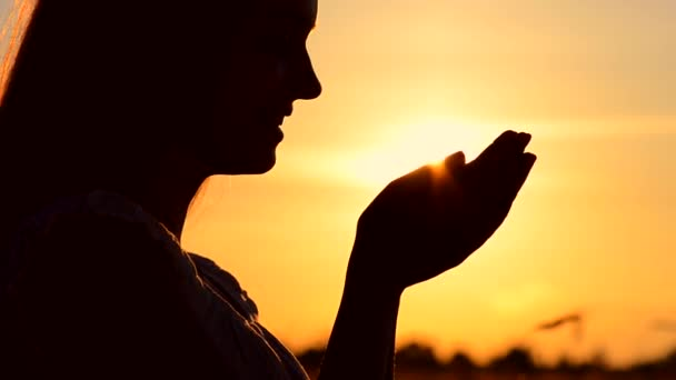 depositphotos_74721357-stock-video-woman-hand-catching-sun.jpg