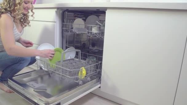 žena v kuchyni dělat domácí práce