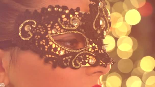 žena nosit maškarní masku