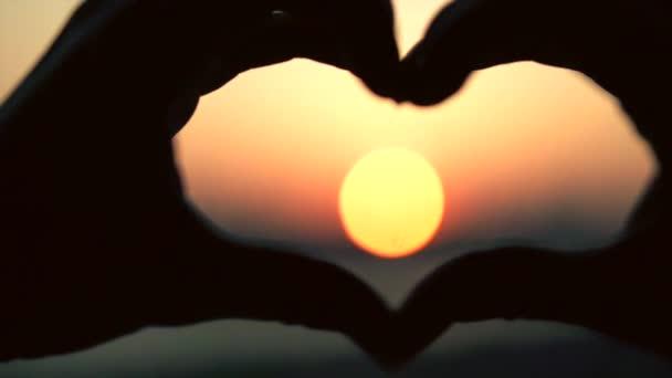Slunce ve tvaru srdce.