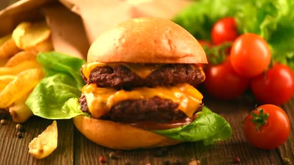 hamburger s hranolky na dřevěný stůl