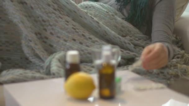 Nemocná žena leží na jejím gauči