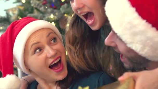 Dospívající dcera prezentující překvapení, dárek