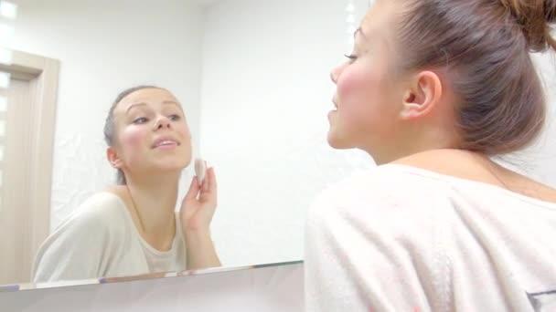 Teenager-Mädchen ihr Gesicht reinigen