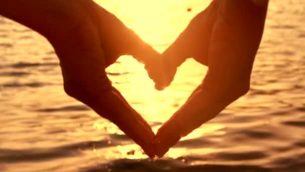 ženské ruce ve tvaru srdce