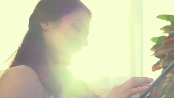 Krásná žena, pomocí počítače tablet Pc