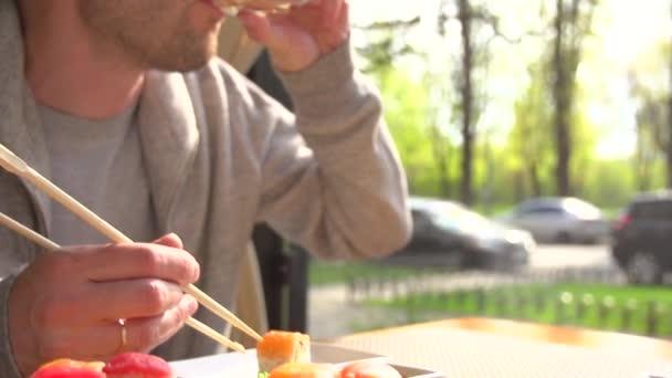 Šťastný pár jíst sushi rohlíky v japonské restauraci sushi baru. Japonské jídlo