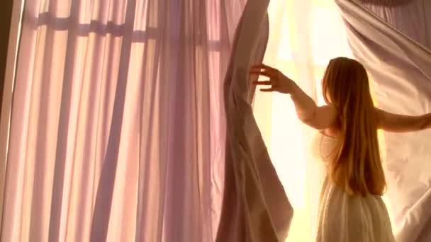 Mädchen öffnet Vorhänge am großen Fenster