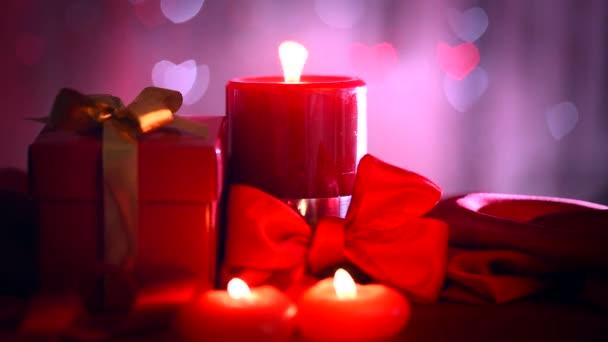 Červené svíčky, srdce a dárek