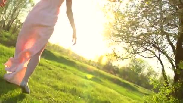 dívka v šatech na hřišti