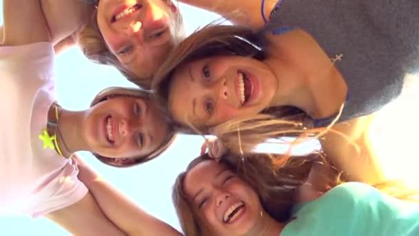 genç kızlar dışarıda eğleniyor