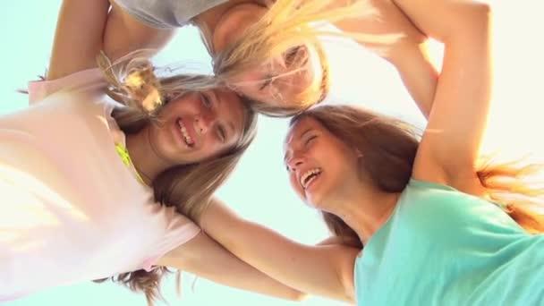 dospívající dívky baví venku